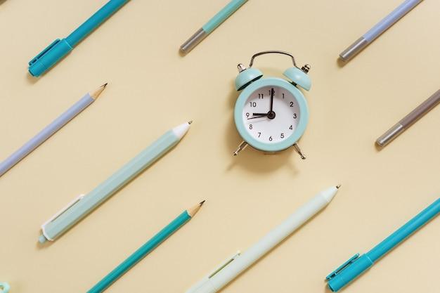 Будильник показывает 9 часов утра, чтобы пойти в школу