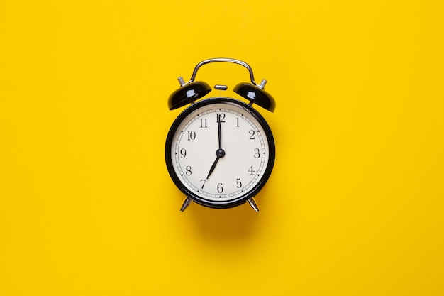 Alarm clock shows hour on a yellow background