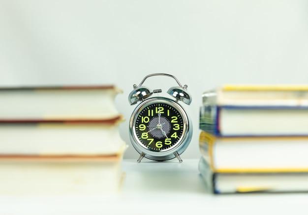 本を通して目覚まし時計