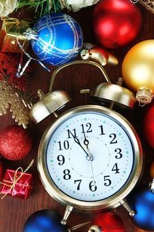 木製のテーブルにクリスマスの装飾が施された目覚まし時計