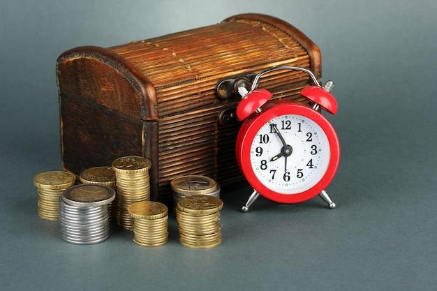 회색에 가슴에 동전과 알람 시계