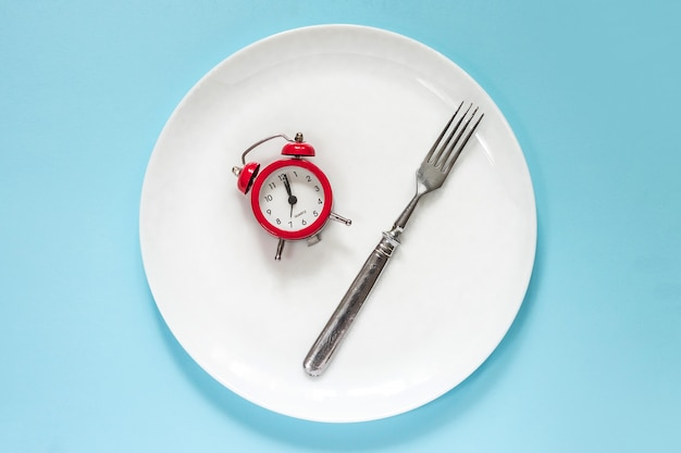 青色の背景に健康的なツールの概念装飾と目覚まし時計