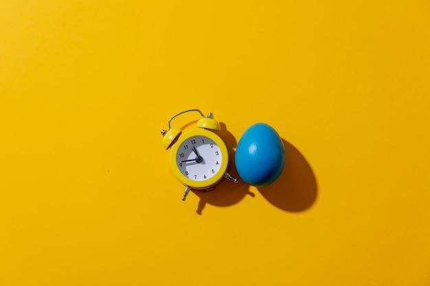 Будильник с двумя колоколами на желтом фоне