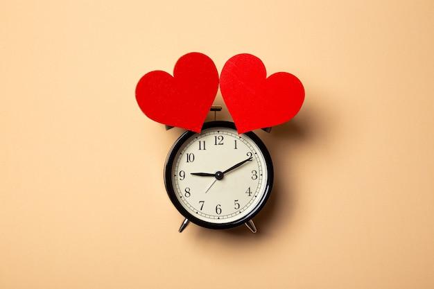 Будильник с двумя сердечками вместо колокольчика
