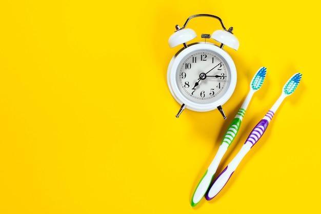 2本の歯ブラシが付いている目覚まし時計