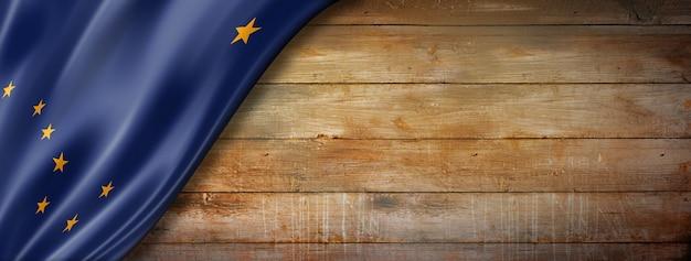 古い木材の背景、米国のアラスカの旗。 3dイラスト
