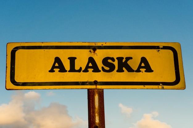 Штат аляска на старый желтый знак с голубым небом