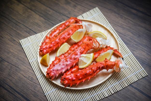 알래스카 킹 크랩 다리 요리 테이블에 나무 접시에 레몬 향신료와 해산물-붉은 게 홋카이도