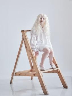 白い壁にアルビノの女の子