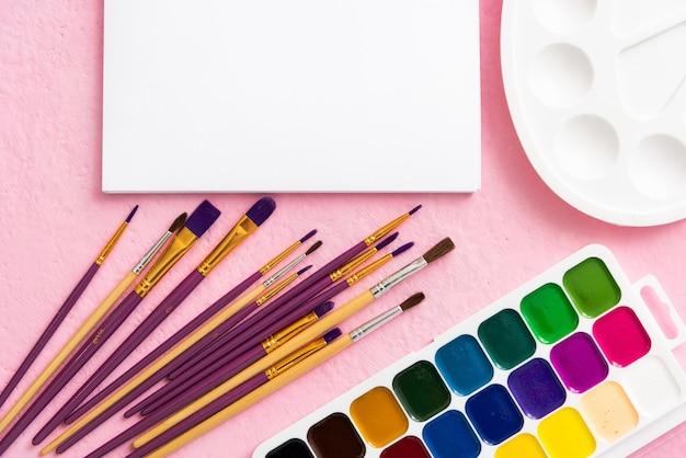 子供の創造性のためのアルバムと絵の具