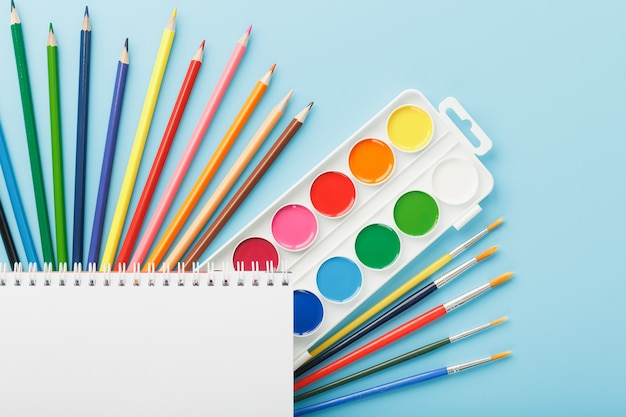 文房具を備えた学校のための描画と創造性のためのアルバム