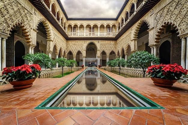 Севильский алькасар, туристическая достопримечательность всемирного наследия. дворцы и сады в идиллической обстановке потрясающей красоты. андалусия.