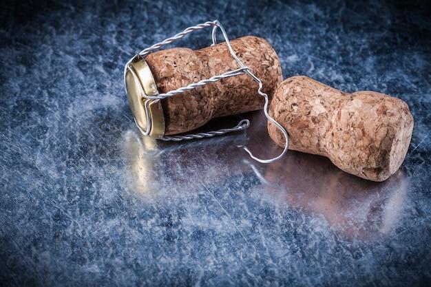 Пробки для шампанского пробки витой проволоки на металлическом фоне alco