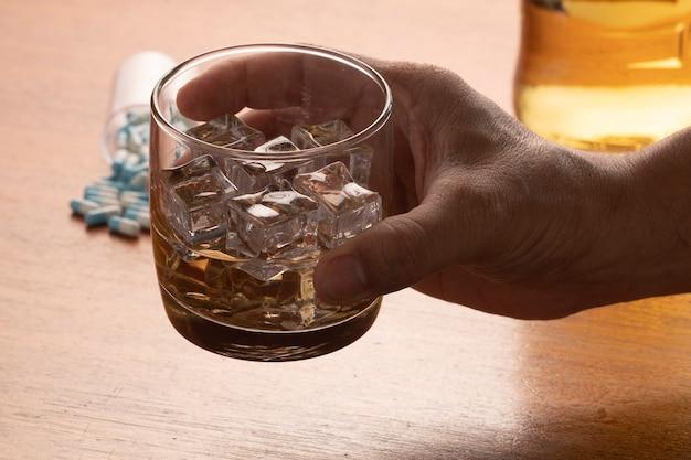 얼음과 알약이 든 위스키 한 잔으로 알코올 남용
