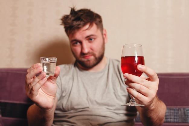 一生懸命飲んだ後のアルコール中毒の男