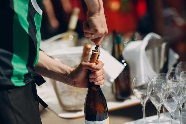 屋外コンセプトのケータリングアルコールバー。酒とワイン。
