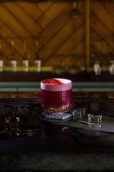 Алкогольный бар, коктейльный бокал на барной стойке, коктейльный бокал в баре