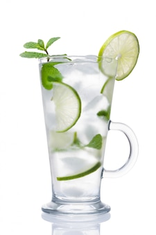 アルコールカクテル、アイス、ライム、ミントの分離