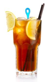 白で隔離されるレモンフルーツスライスとアルコールカクテル