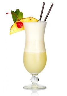 アルコールカクテル、ミルクとフルーツのスライスを白で分離