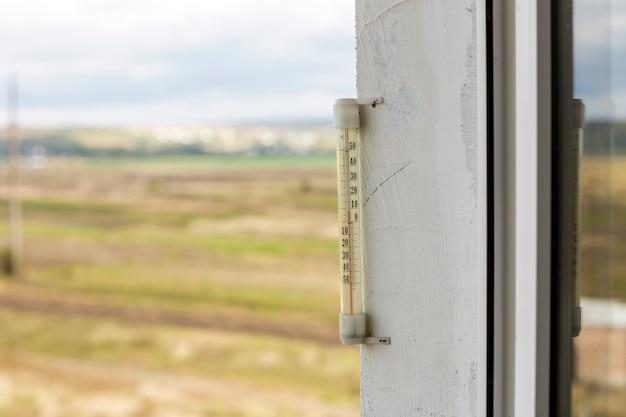 Спирт стеклянный термометр цельсия снаружи на ярком размытом свете на открытом воздухе скопировать фон пространства.