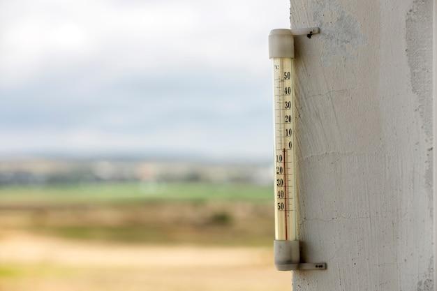 Алкоголь стеклянный термометр цельсия снаружи на ярком размытом свете на открытом воздухе копией пространства