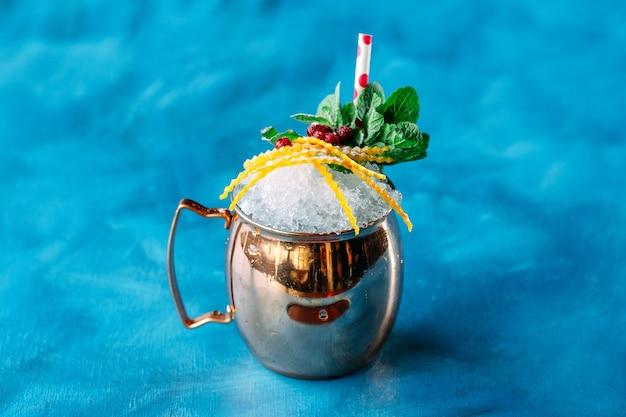 Алкоголь тропический коктейль колотая ледяная медная кружка
