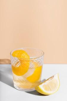 Коктейль с алкогольными напитками и копией пространства лимона