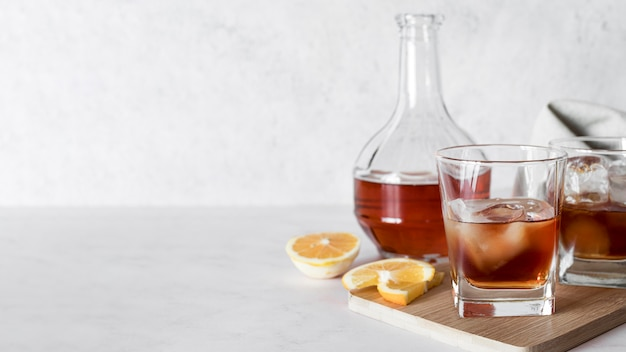 Коктейль алкогольный напиток в разных бокалах