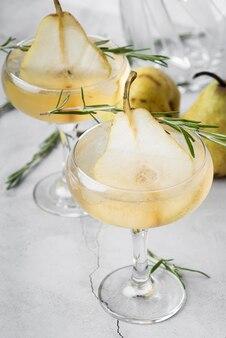 Алкогольный коктейль с половинками груши высокий вид