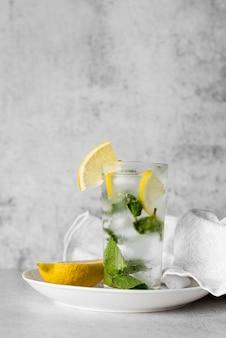 氷とレモンのアルコール飲料カクテル