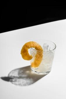 Cocktail di bevanda alcolica con scorza di limone
