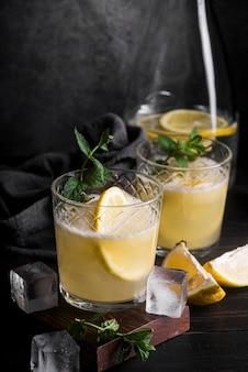 レモンとアルコール飲料カクテル