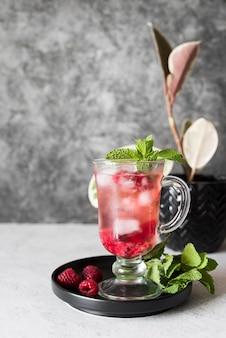 Cocktail di bevanda alcolica con lampone