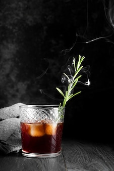 煙とアルコール飲料カクテル