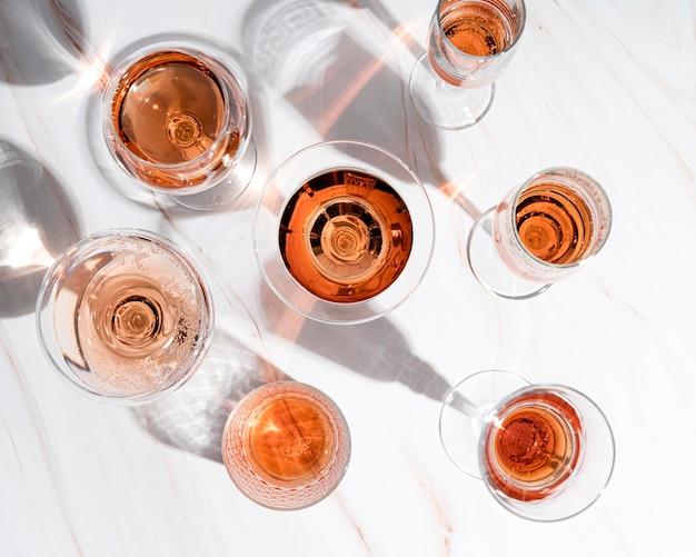 Алкогольный напиток в бокалах разного размера
