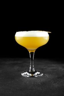 Кислый алкогольный коктейль виски на черном фоне