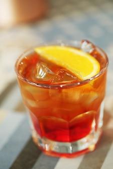 Алкогольный коктейль с дольками апельсина