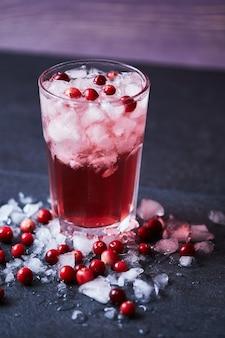 ウォッカ、クランベリージュース、氷を使ったアルコールカクテル。カサブランカのグラスに入ったケープコッダー。新鮮なクランベリーを添えたアイスドリンク。