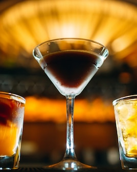 バーのテーブルでアルコールカクテル