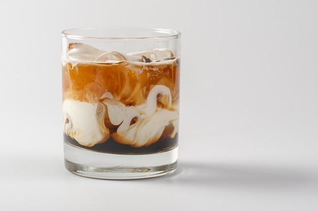 유리 잔에 알콜 커피 크림 칵테일