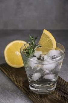 レモン、ローズマリー、アイスを入れたアルコール飲料ジントニックカクテル