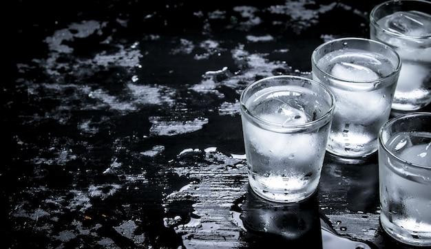 Алкогольные рюмки со льдом.