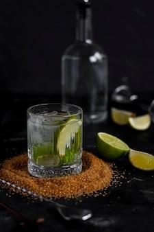 Алкогольный напиток с содой, лаймом и мятой