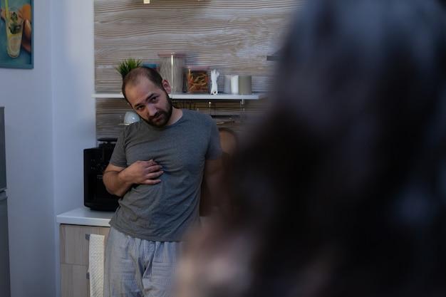 アルコール依存症の酔っぱらいが被害者の女性に暴力的で怒っている。虐待の問題を抱えており、攻撃性、暴力、依存症、殴打に対処しているカップル。虐待された妻に嫌がらせをする夫 無料写真