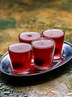 Алкогольные шоты с вишней.