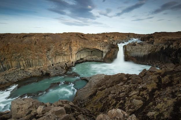 アイスランドのaldeyjarfoss滝、アイスランドの自然の風光明媚なイメージ。
