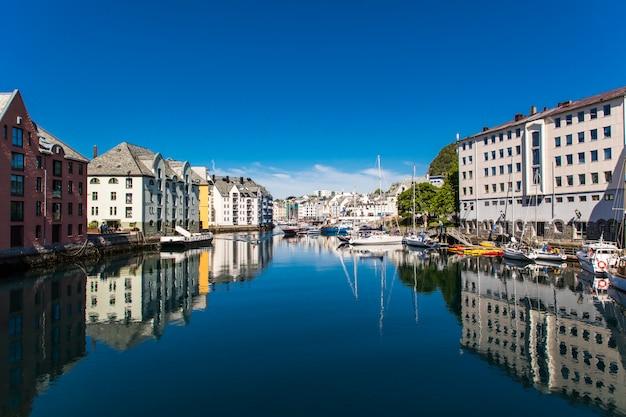 Олесунн, норвегия - июнь 2019 г .: прекрасный летний вид на портовый город олесунн на западном побережье норвегии, у входа в гейрангер-фьорд.