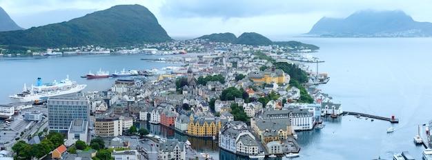 Город олесунн (норвегия) летний пасмурный вид сверху. панорама. все люди до неузнаваемости.