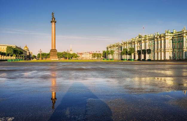Александровская колонна на дворцовой площади в санкт-петербурге с отражением на мокром асфальте